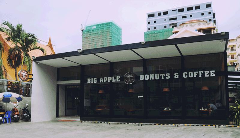 すぐそばに別のドーナツ屋さんが - クリスピー・クリーム・ドーナツ1号店がプノンペンにオープン