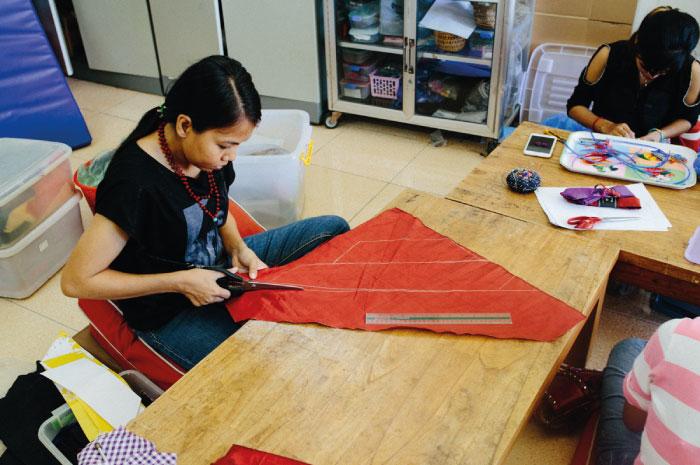 Khmer Creationsの事務所で働くサムナン